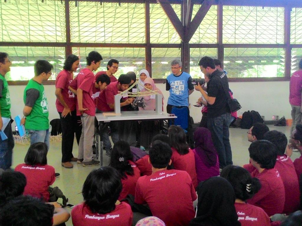 Rakit Simulasi Jembatan Di Ftsl Engineering Day Mahasiswa Berlatih
